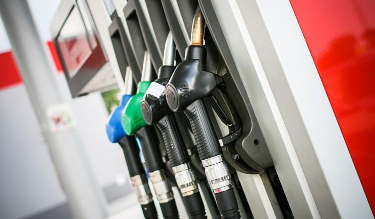 tips, besparen, brandstof, zuinig, diesel, motor, airco, luchtfilter, auto, wagen, carpool, bandenspanning